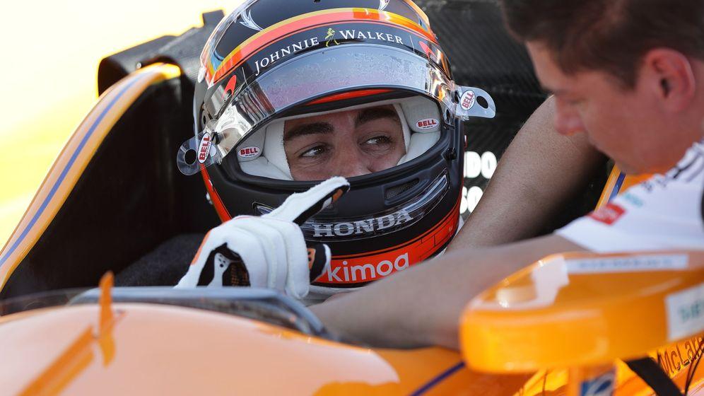 Foto: Fernando Alonso en su IndyCar de 2017, un color que se repetirá en el McLaren de 2018. (EFE)
