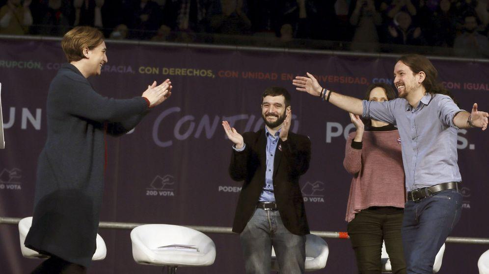 Foto: Pablo Iglesias saluda a Ada Colau durante el mitin central de Podemos en Madrid. (EFE)