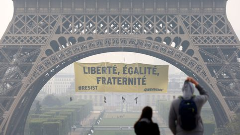 Greenpeace cuelga una pancarta en la torre Eiffel contra Marine Le Pen