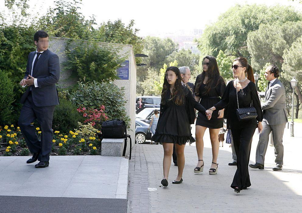 Foto: Silvia Gómez Cuétara junto a sus dos hijas en el entierro de su marido, Luis García Cerecedfa, en 2010 (Gtres)
