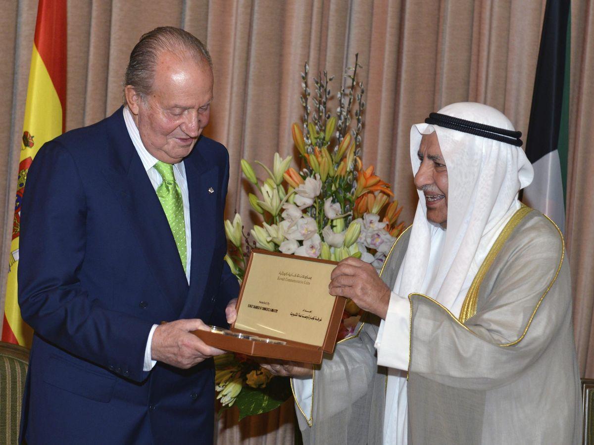 Foto: Juan Carlos I recibe en 2014 un regalo de manos del presidente de la Cámara de Comercio e Industrias de Kuwait (KCCI), Ali Thunayan Al-Ghanim (EFE)