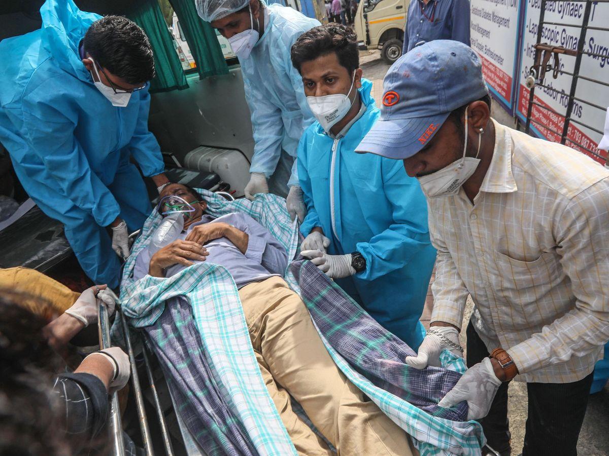 Un enfermo con covid-19 en Mumbai. (EFE)