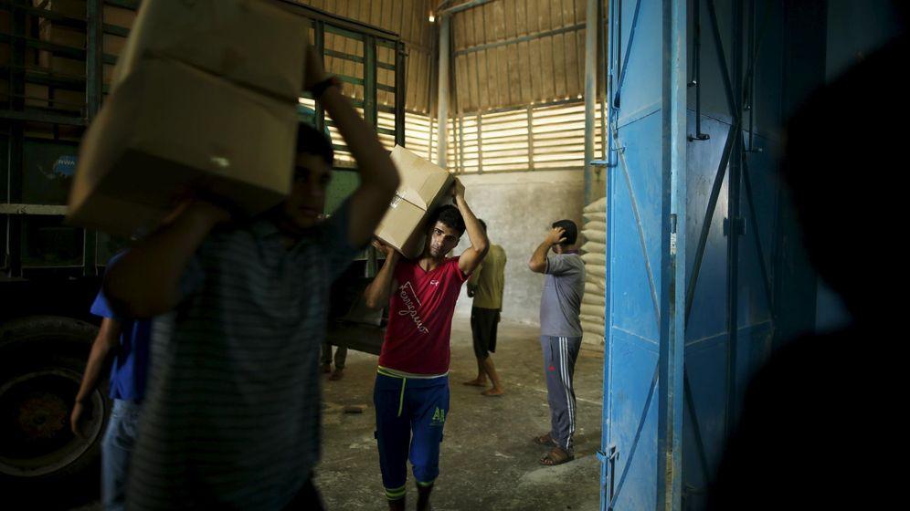 Foto: Trabajadores transportar cajas de comida en un almacén de la UNRWA en Gaza, en septiembre de 2015 (Reuters)