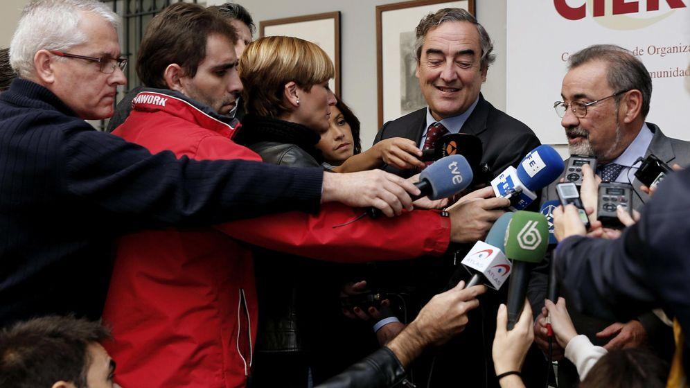 Foto: González atiende a los medios en una visita de Juan Rosell a Valencia. (EFE)