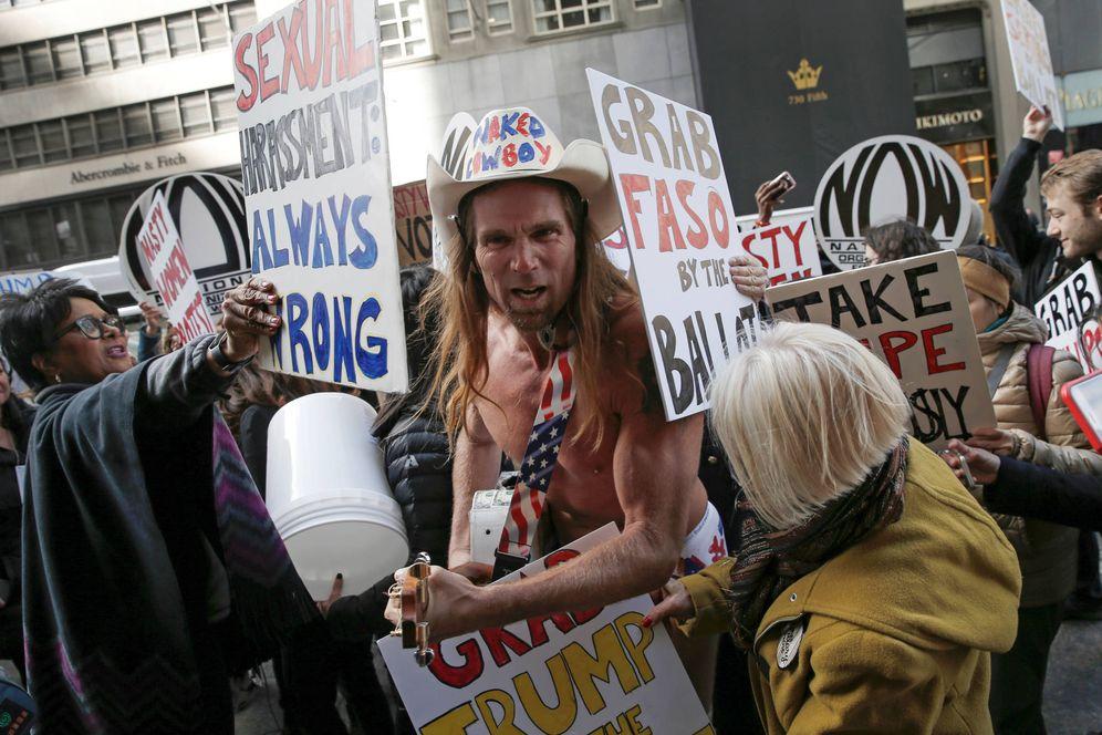 Foto: Mujeres rodean a un simpatizantes de Donald Trump durante una protesta en Nueva York, en octubre de 2016 (Reuters).