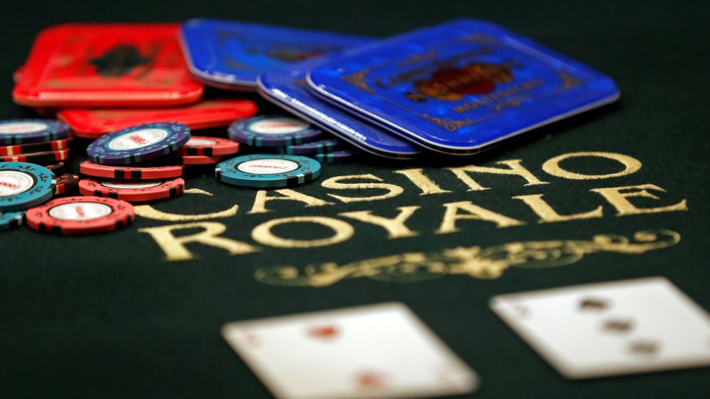 Foto: Un tapete de juego con el título de la película 'Casino Royale' (Reuters)