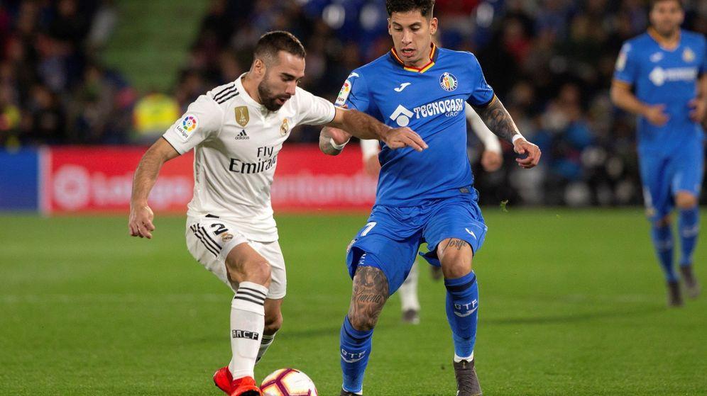 Foto: Mathias Olivera le disputa una pelota a Carvajal en un partido de Liga. (EFE)