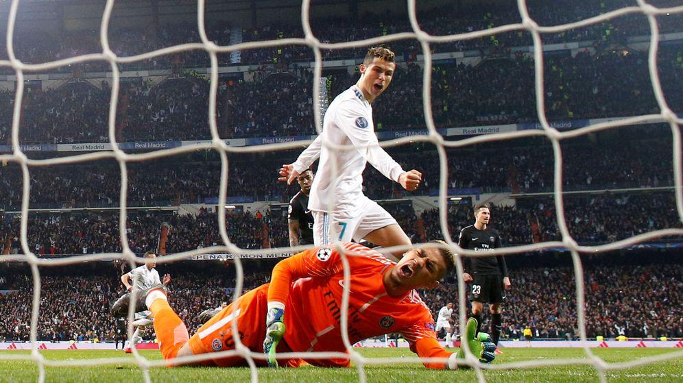 Foto: Cristiano Ronaldo anotando en la ida de los octavos de la Champions ante el PSG. (Reuters)