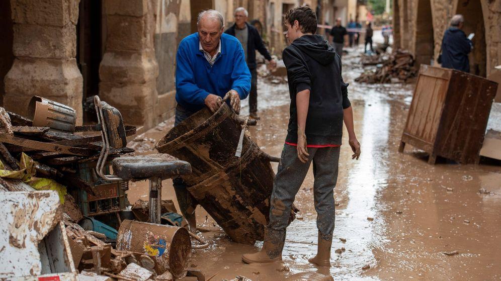 Foto: Varios operarios y vecinos realizan tareas de desescombro y limpieza en L'Albi. (EFE)