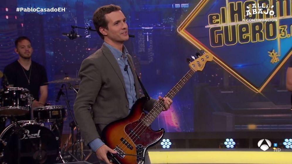 Foto: Pablo Casado, tocando el bajo en el plató de 'El hormiguero'. (Antena 3).