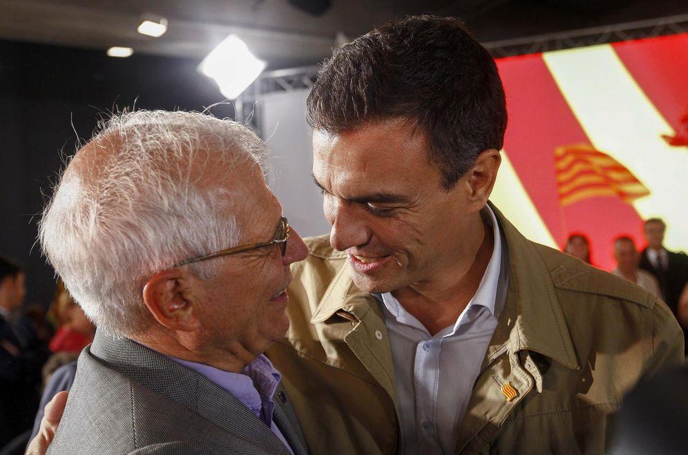 Foto: Pepe Borrell y Pedro Sánchez, en un acto de las penúltimas autonómicas catalanas, el 10 de septiembre de 2015 en Barcelona. (EFE)