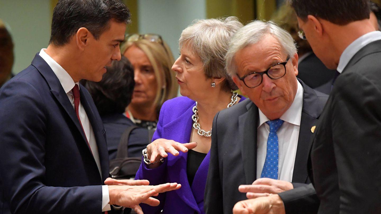 Pedro Sánchez habla con la primera ministra Theresa May durante una cumbre de líderes europeos en Bruselas. (Reuters)