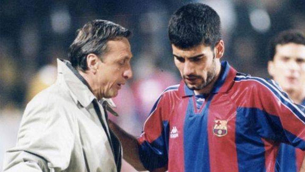 Foto: Johan Cruyff y Pep Guardiola, durante su etapa como entrenador y jugador en el FC Barcelona.