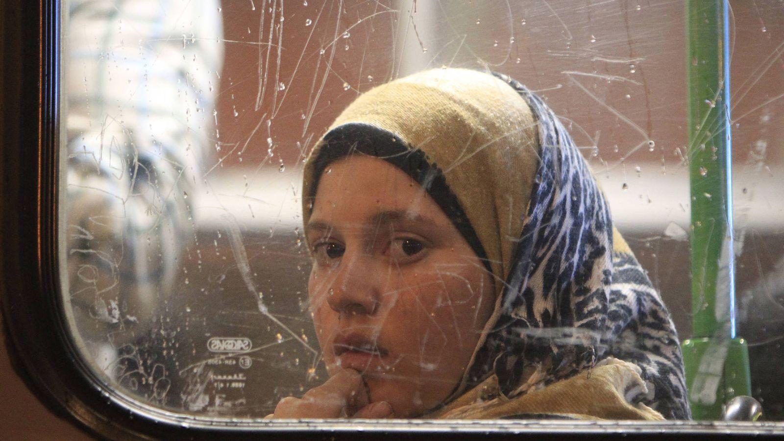 """Foto: Una niña en un autobús que sale hacia Austria desde Budapest durante el """"verano de los refugiados"""". (Reuters)"""