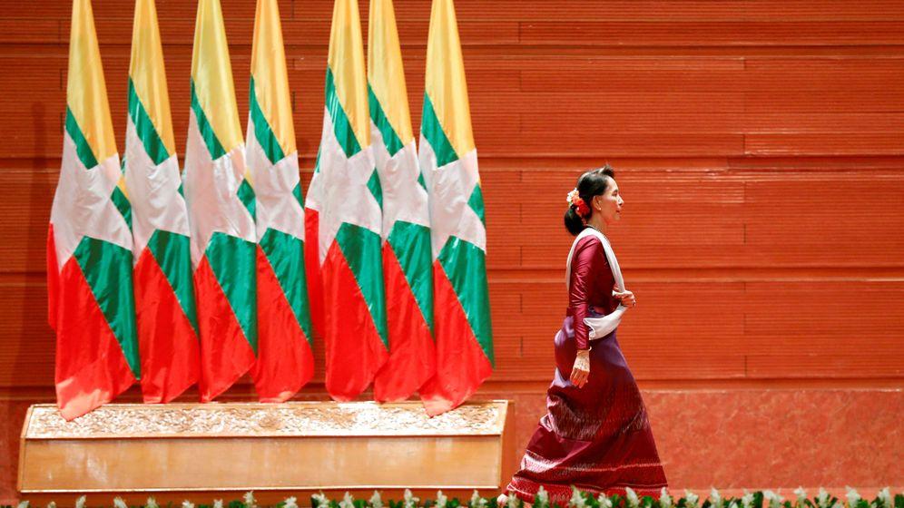 Foto: Aung San Suu Kyi sale del estrado tras dar un discurso sobre la situación de la minoría rohingyá, el 19 de septiembre de 2017. (Reuters)