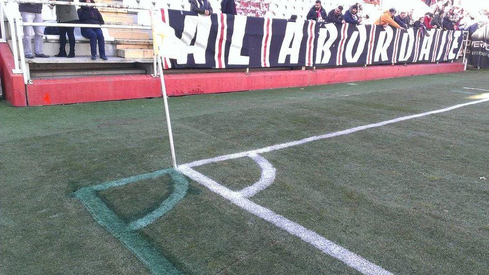 Foto: Las rayas del estadio de Vallecas, ya pintadas de verde (@AntonioLuqueroH).