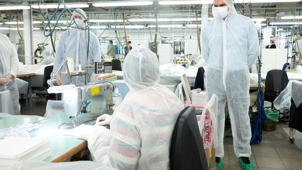 La visita de Sánchez a un taller de El Corte Inglés reconvertido en fábrica de mascarillas