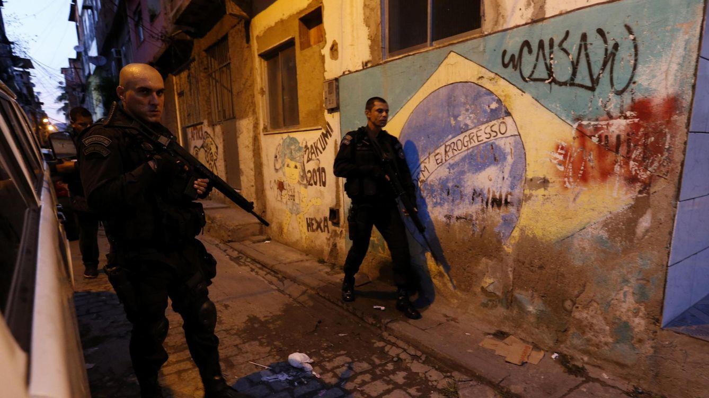 Foto: Policías del Batallón de Operaciones Especiales (BOPE) patrullan la favela de Mare, en Río, en marzo de 2014. (Reuters)