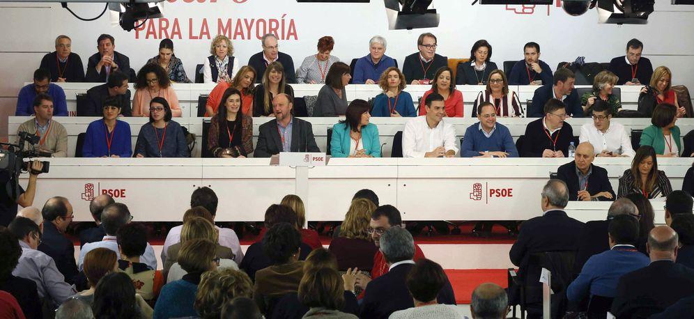 Foto: Pedro Sánchez y su ejecutiva, minutos antes del comienzo del comité federal de este 30 de enero, en Ferraz, la sede del PSOE. (EFE)