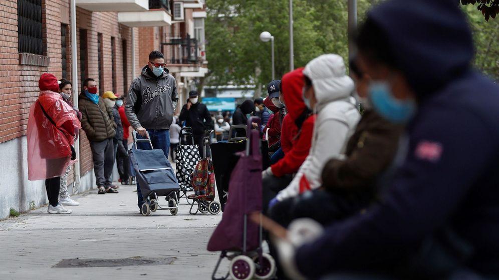 Foto: Cola de personas para recibir alimentos en Madrid. (EFE)