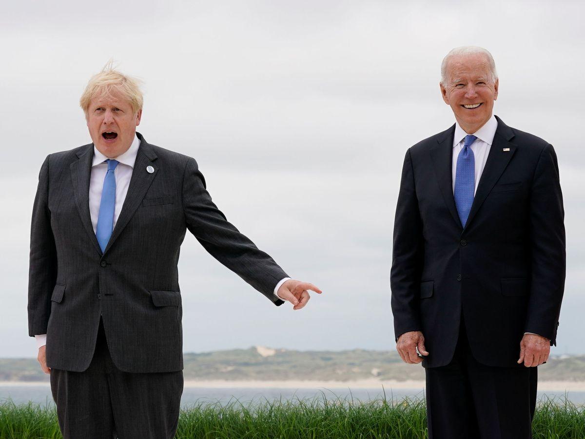 Foto: Joe Biden (d) y Boris Johnson durante la cumbre del G7 en junio. (Reuters)