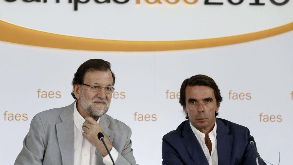 Foto: El presidente del Gobierno y del PP, Mariano Rajoy (i), junto al presidente de honor del PP y presidente de FAES, José María Aznar (d), durante la clausura del campus de verano de 2015. (EFE)