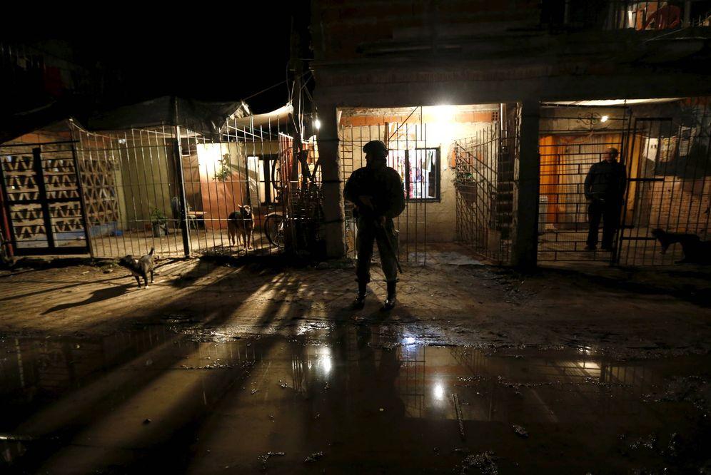 Foto: Agentes de la Gendarmería patrullan la favela de Villa Banana, en Rosario, Argentina. (Reuters)