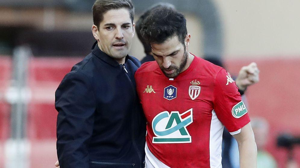 Foto: Robert Moreno junto con Cesc Fábregas en un partido del Mónaco. (Efe)