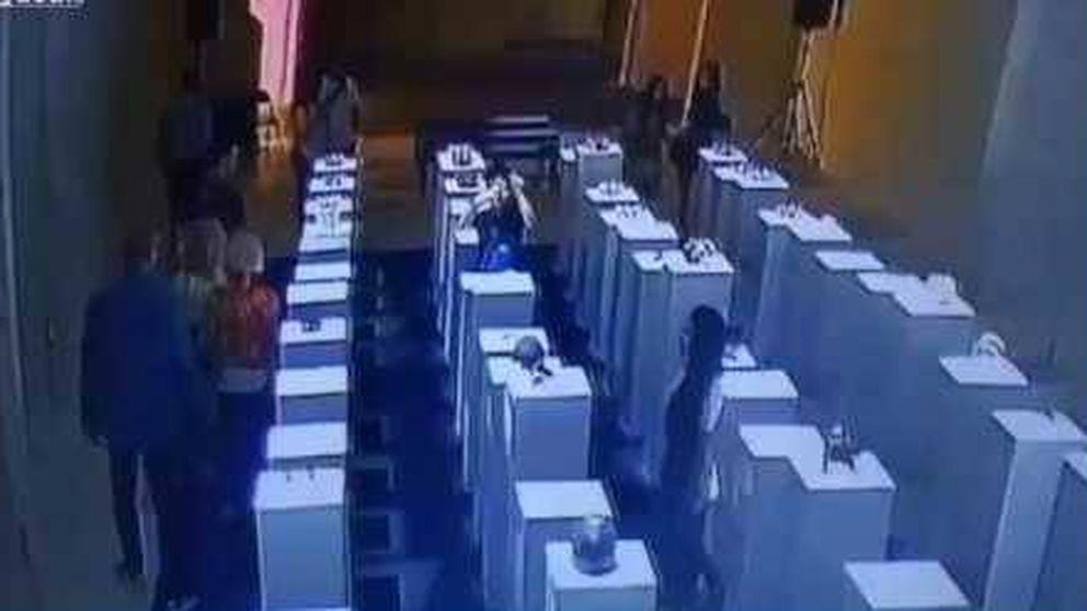 Una mujer destroza tres esculturas valoradas en 180.000 euros al hacerse un 'selfie'