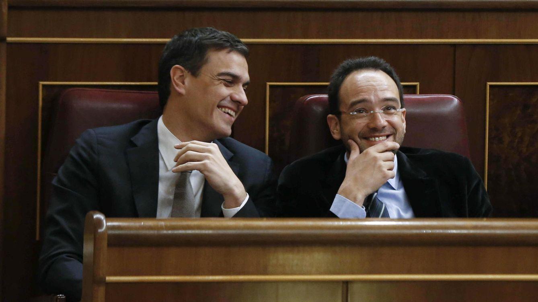 Foto: El secretario general del PSOE, Pedro Sánchez, junto al portavoz parlamentario del PSOE, Antonio Hernando. (Efe)