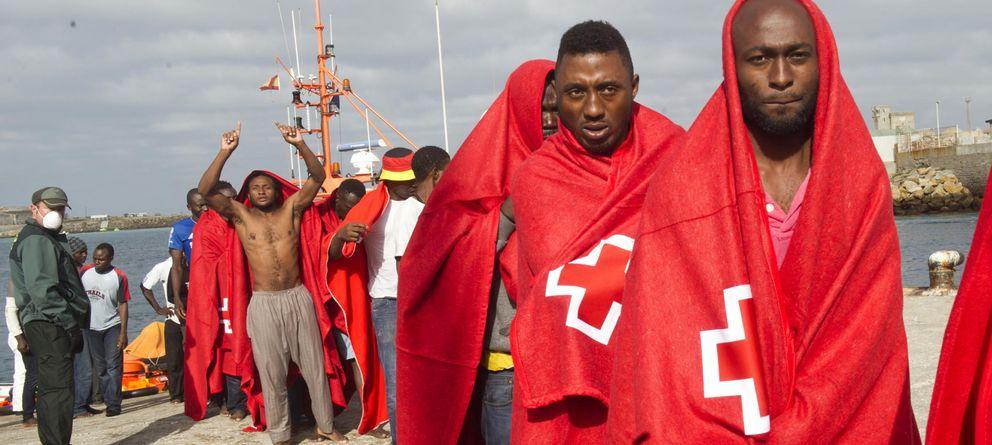 Foto: Un grupo de hombres, tras ser rescatados en el Estrecho (AP)