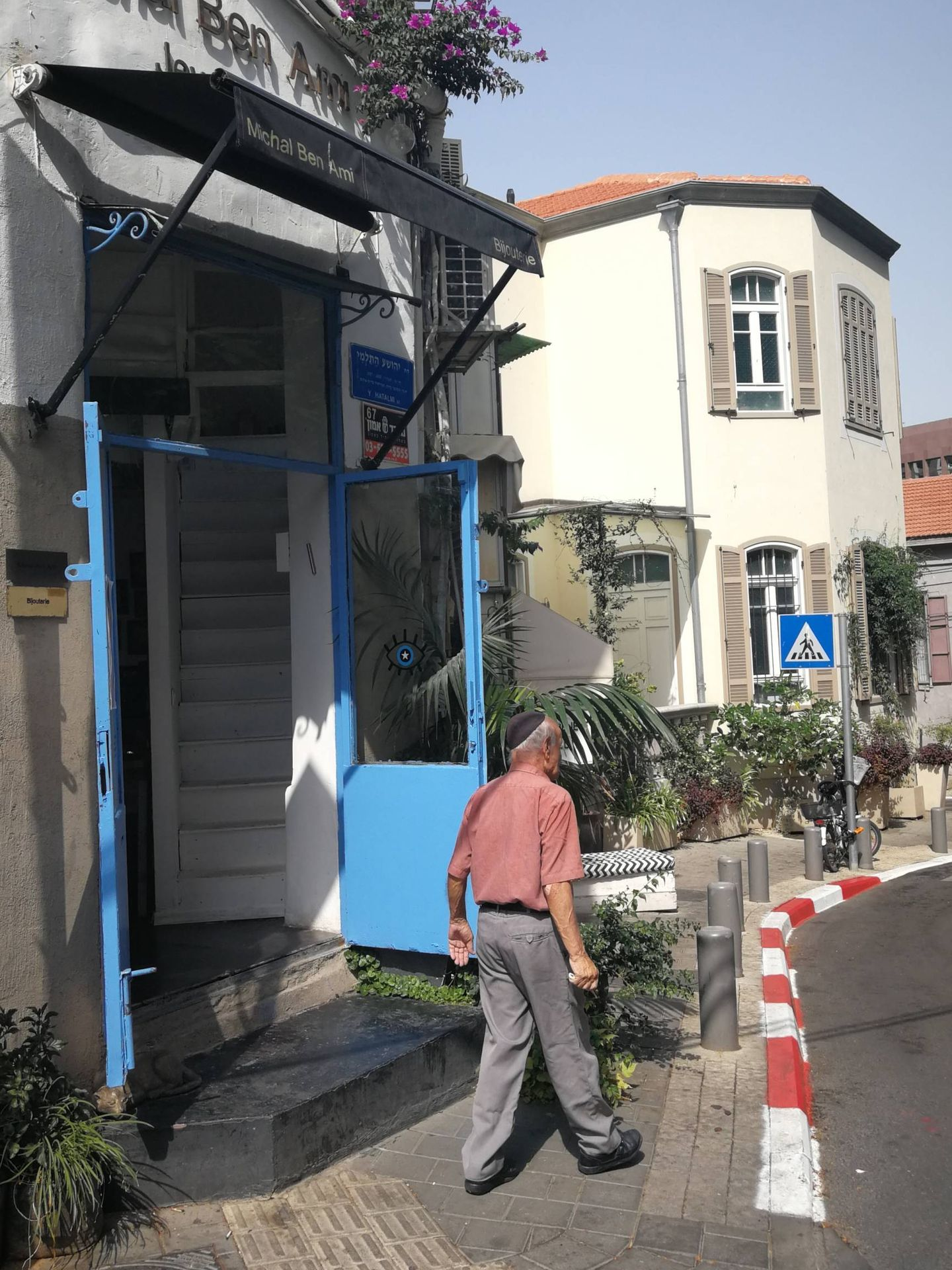 Esquina de Neve Tzedek, barrio de moda en Tel Aviv, donde vive Roman Abramovich. (S.T.)
