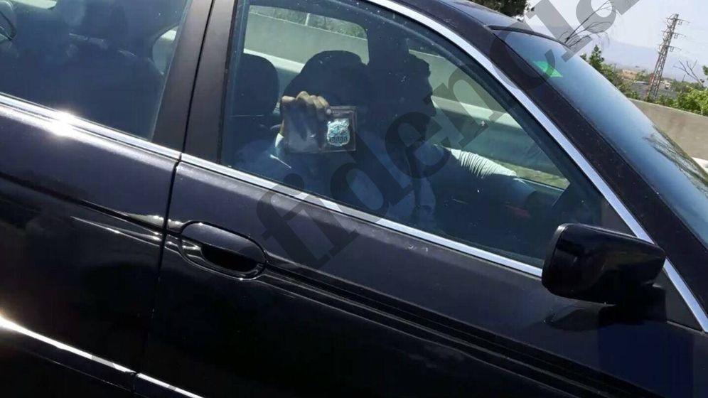 Foto: Los falsos agentes muestran su placa a un conductor que circulaba por la AP7 y que les fotografió ayer. Foto: El Confidencial.