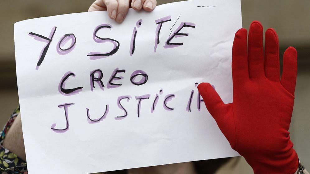 Foto: Concentracion en Pamplona contra la sentencia de La Manada. (EFE)