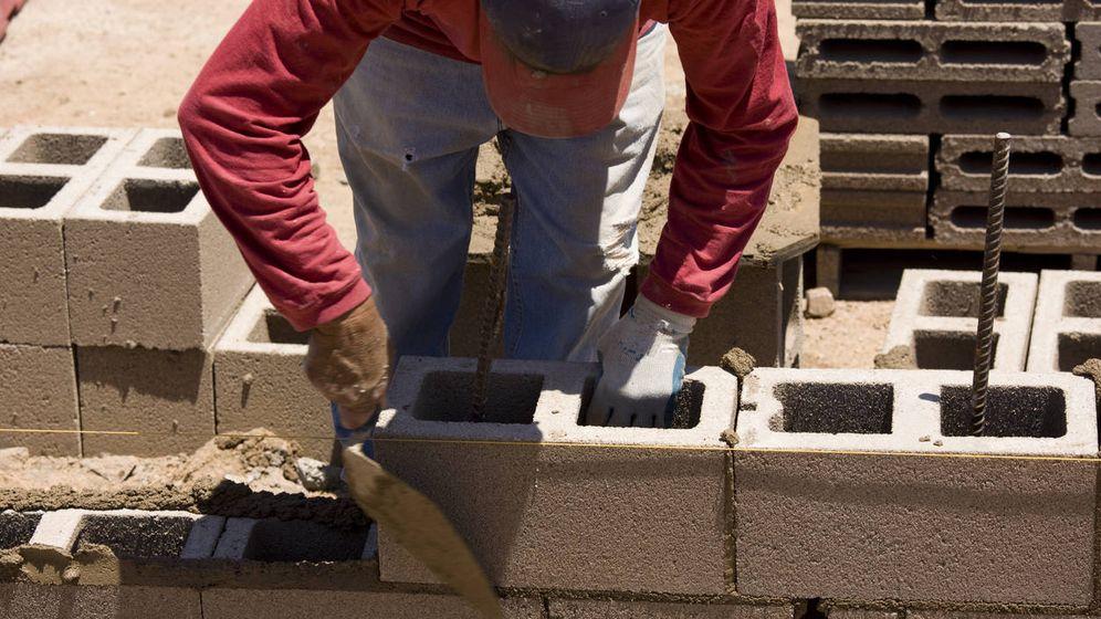 Foto: Un inmigrante, trabajando en la construcción. (iStock)