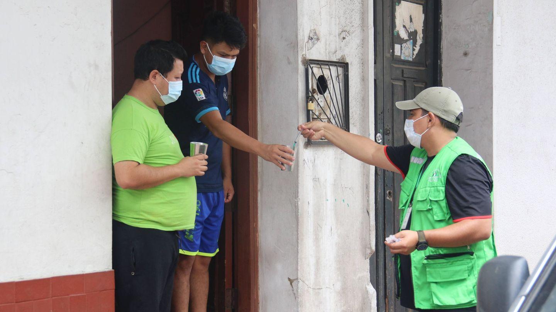 Un funcionario municipal reparte dosis líquidas de ivermectina en Bolivia. (EFE)