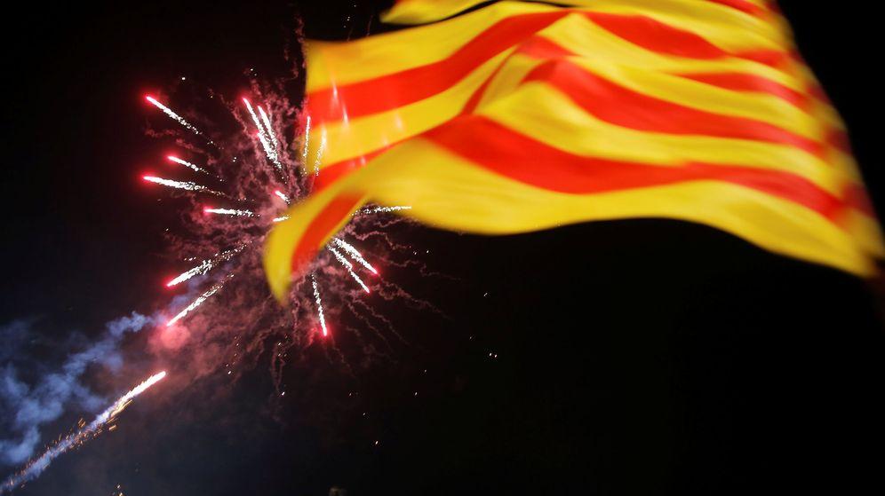 Foto: Fuegos artificiales y 'estelades' en la plaza de Sant Jaume de Barcelona. (Reuters)