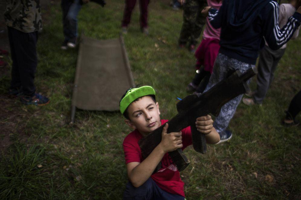 Foto: Un niño posa con una ametralladora de juguete en el campamento Lider. (Foto: Ethel Bonet)
