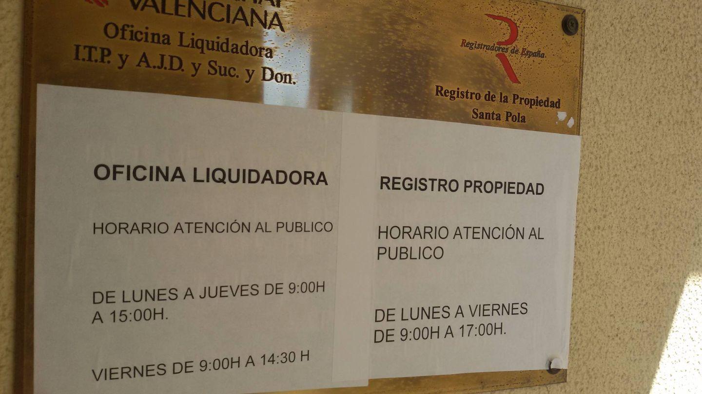 La placa con los horarios de atención al público del Registro de la Propiedad de Santa Pola. (V.R.)