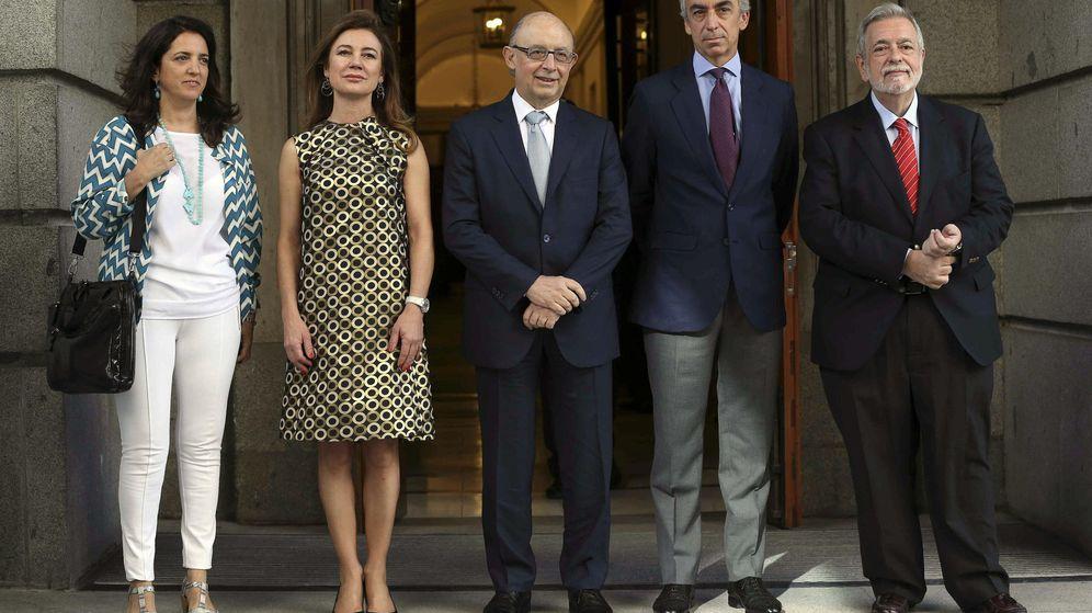 Foto: El ministro de Hacienda, Cristóbal Montoro (c), acompañado por su equipo. (EFE)