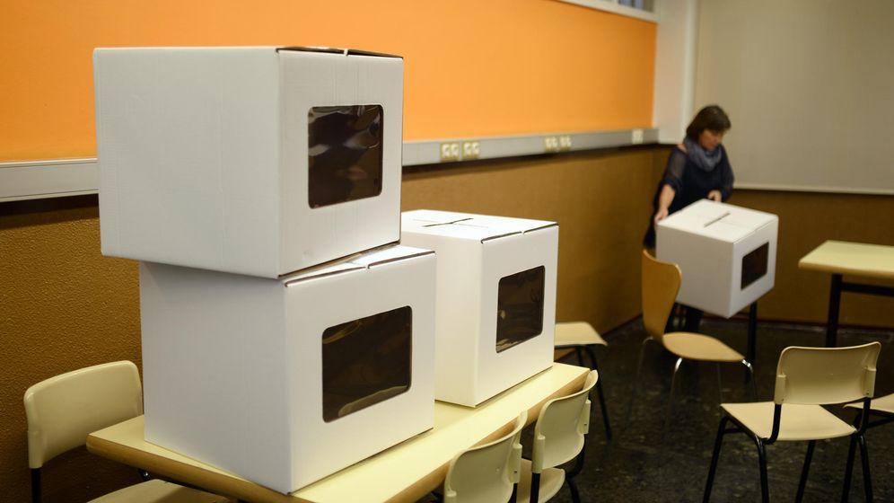 Foto: Urnas y papeletas preparadas en un colegio electoral durante la consulta de 2014. (AP)