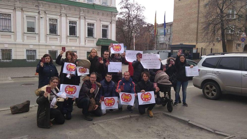 Foto: Las 30 familias se manifiestan cada día en la embajada española (Cedida)