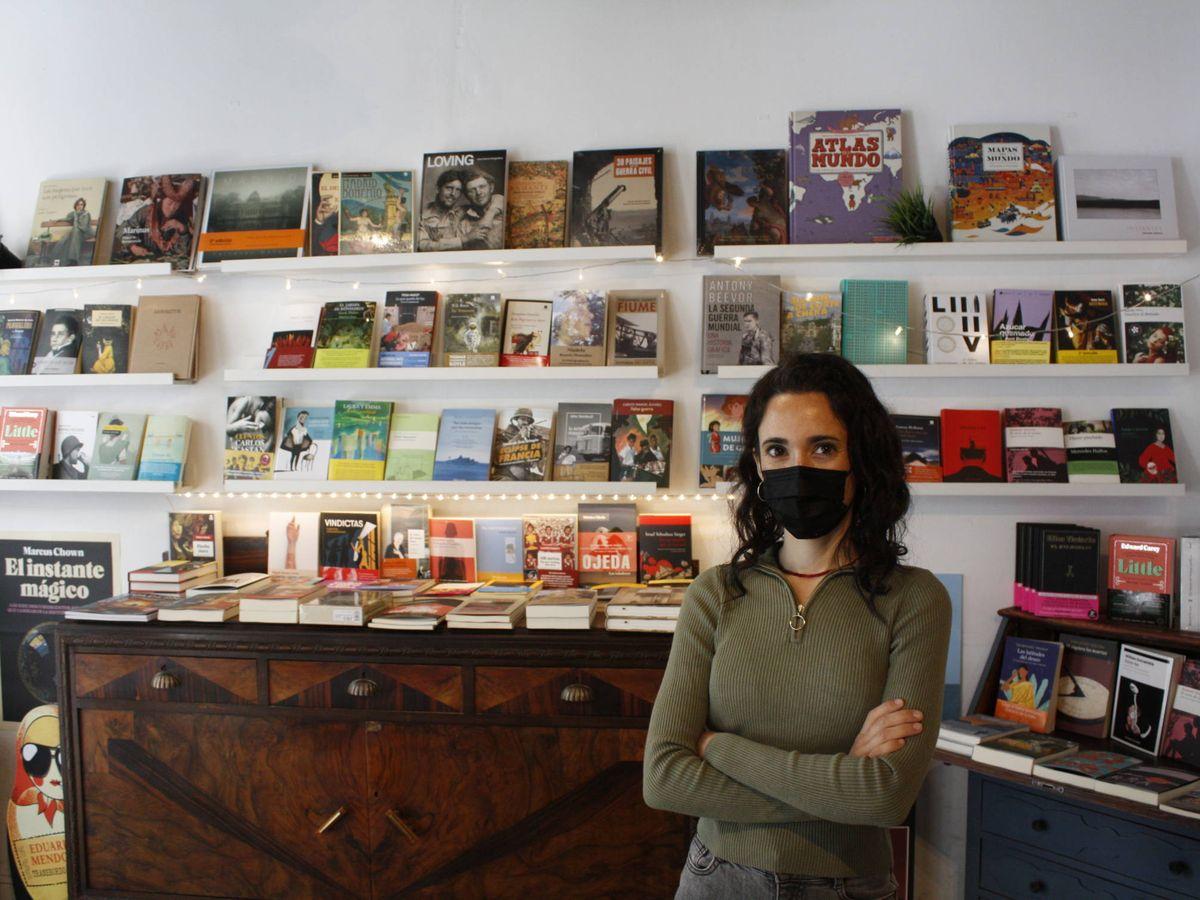 Foto: Julia de Ugarte, en su librería, La Lumbre. (Héctor G. Barnés)