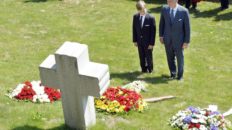 Una cruz en el pueblo suizo de Küsnacht conmemora la muerte de la reina Astrid. En la imagen, el rey Felipe y su hijo. (CP)