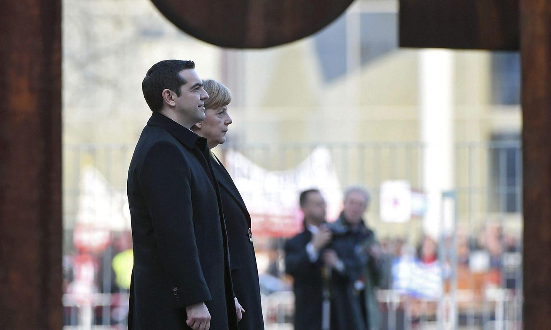 Foto: La canciller recibe con honores militares al primer ministro griego, Alexis Tsipras, en Berlín. (EFE)