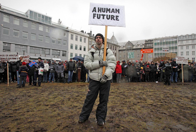 Foto: Un manifestante durante una protesta contra el Gobierno islandés, en Reykjavik, en marzo de 2016 (Reuters).