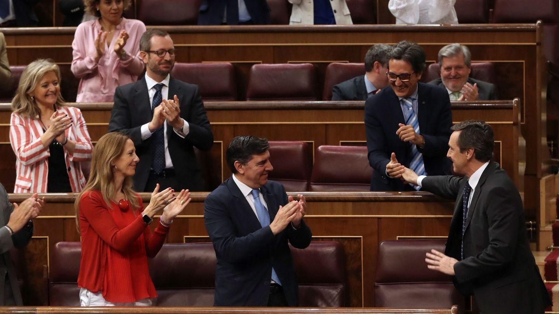 Rafael Hernando, aplaudido por la bancada popular este 27 de junio en el Congreso tras su intervención. (EFE)