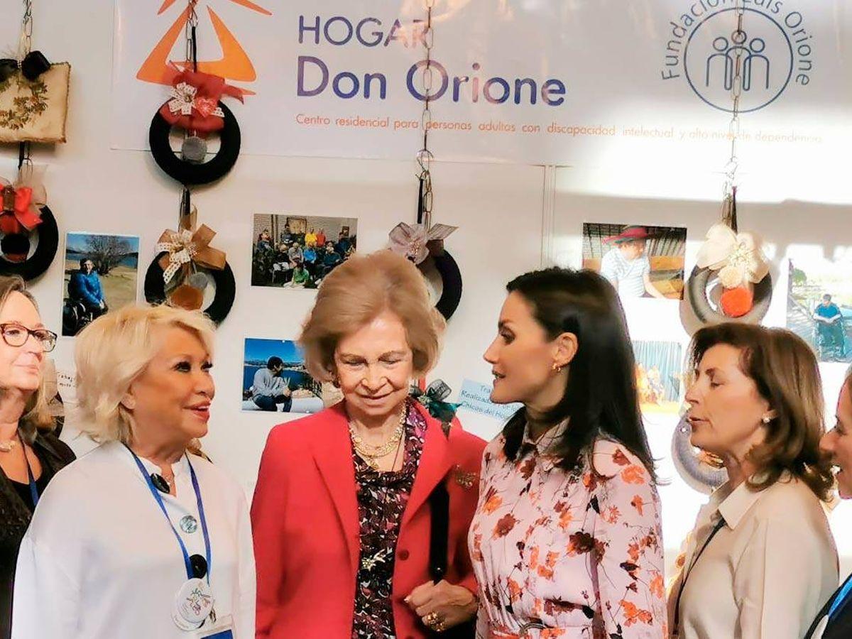 Foto: La reina Sofía, en el centro, junto a la reina Letizia y otras damas en el puesto del Hogar Don Orione. (Redes Sociales)