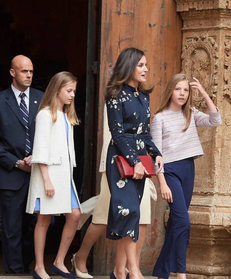Foto: Letizia con sus hijas en la catedral de Palma. (Limited Pictures)