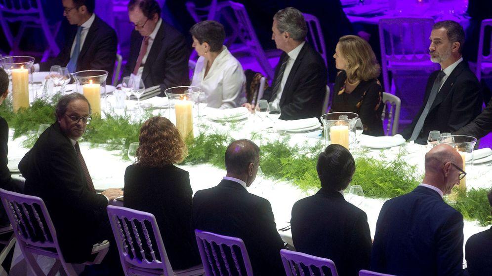 Foto: El rey Felipe VI (d) y el presidente de la Generalitat, Quim Torra (i-primer término), entre otros, durante la cena del MWC. (EFE)
